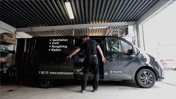 Örebro Sotarn på väg ut med bilen för att göra radonmätning och radonsanering