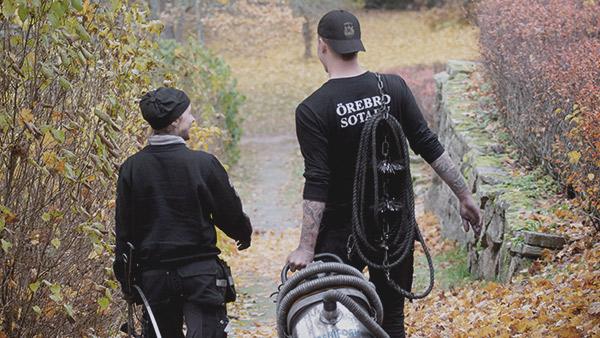Två sotare från Örebro Sotarn på väg till en sotning
